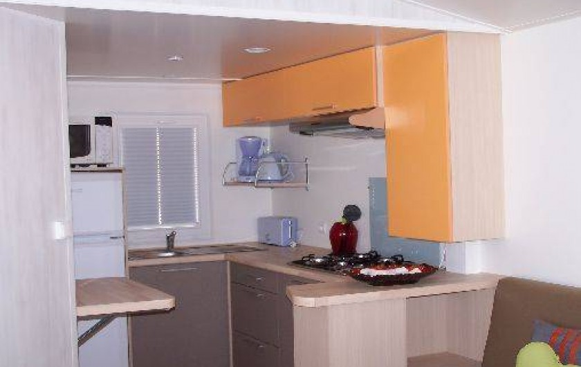 Location de vacances - Bungalow - Mobilhome à Saint-Denis-d'Oléron - cuisine donnant sur séjour