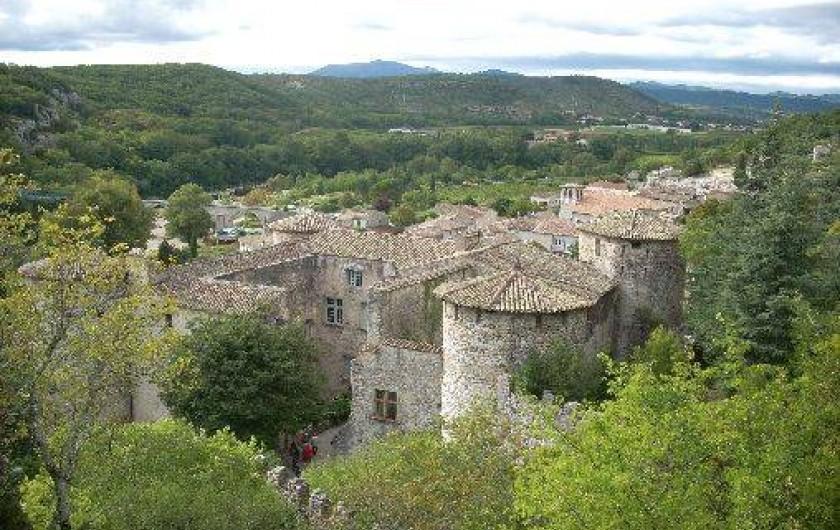 Location de vacances - Villa à Aubenas - Village de Vogüé et son château ; Aubenas en arrière plan