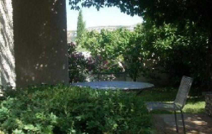 Location de vacances - Villa à Aubenas - Terrasse ombragée