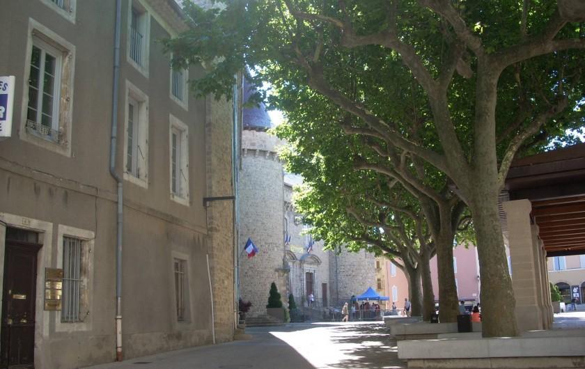 Location de vacances - Villa à Aubenas - Château d'Aubenas, sa place piétonne, ses nombreux restaurants et glaciers