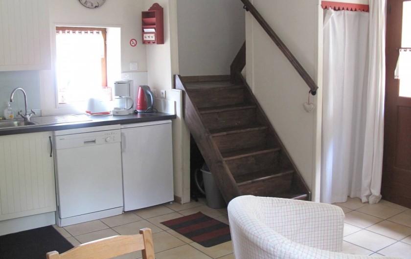 Location de vacances - Gîte à Bagnères-de-Bigorre - Rez de chaussé - coin cuisine - accès à la chambre