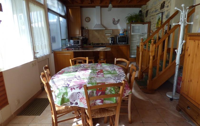 Location de vacances - Gîte à Lourdes - salle a manger avec la cuisine en fond