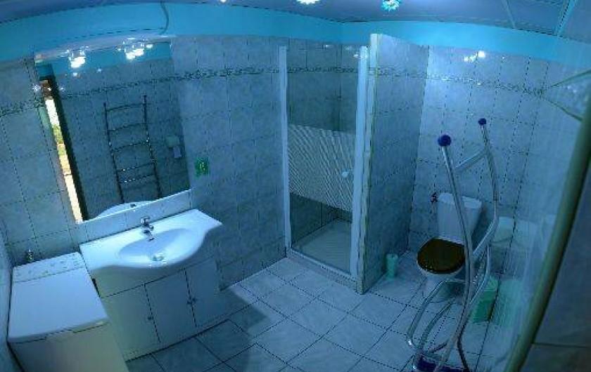 Location de vacances - Gîte à Sainte-Énimie - salle d eau avec toilette