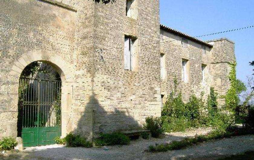 Location de vacances - Chambre d'hôtes à Fabrègues - Entrée du parking vers le jardin intérieur.
