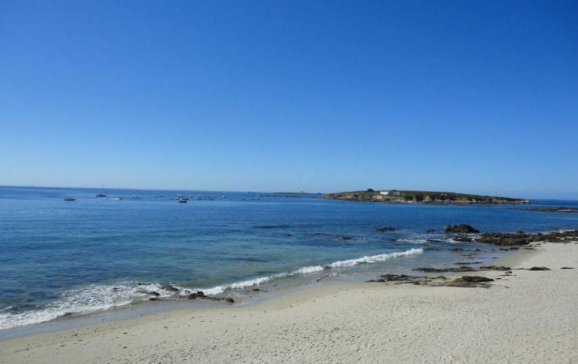 Location de vacances - Villa à Névez - La plage devant le jardin et l'île de Raguenez