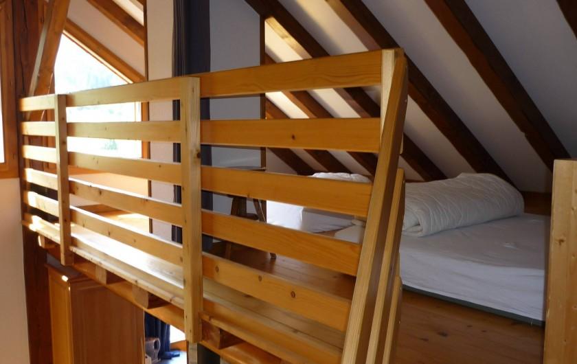Location de vacances - Chalet à Cornimont - mezzanine avec 2 lits 160x190 cm et  90x190 cm, fermeture par rideau