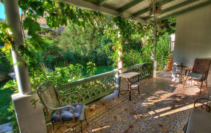 Location de vacances - Chambre d'hôtes à Marseille - la terrasse des chambres d'hôtes dans les calanques de marseille