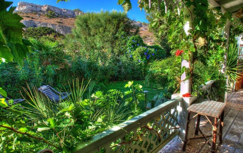 Location de vacances - Chambre d'hôtes à Marseille - la vue de nos chambres d'hôtes sur les collines des calanques de Marseille