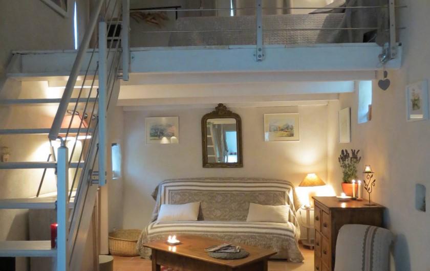 Location de vacances - Villa à Nyons - coin salon et chambre en mezzanine.