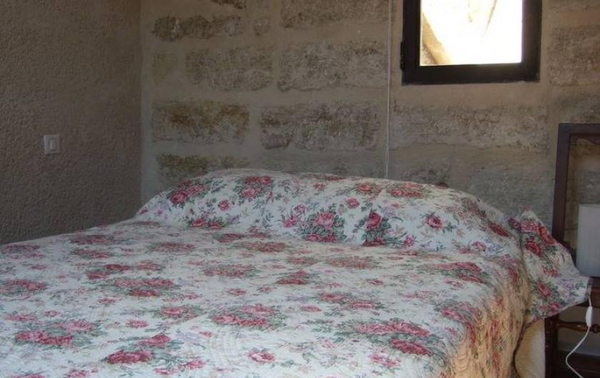 Location de vacances - Appartement à Pézenas - Chambre avec balcon sur rue et fenêtre sur tour.