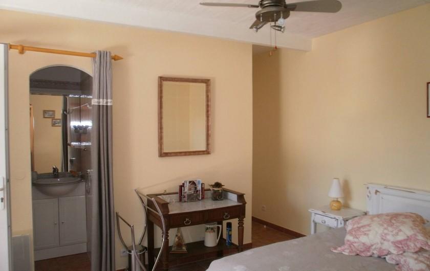 Location de vacances - Chambre d'hôtes à Carcès - Vue d'ensemble de la chambre avec le cabinet de toilette