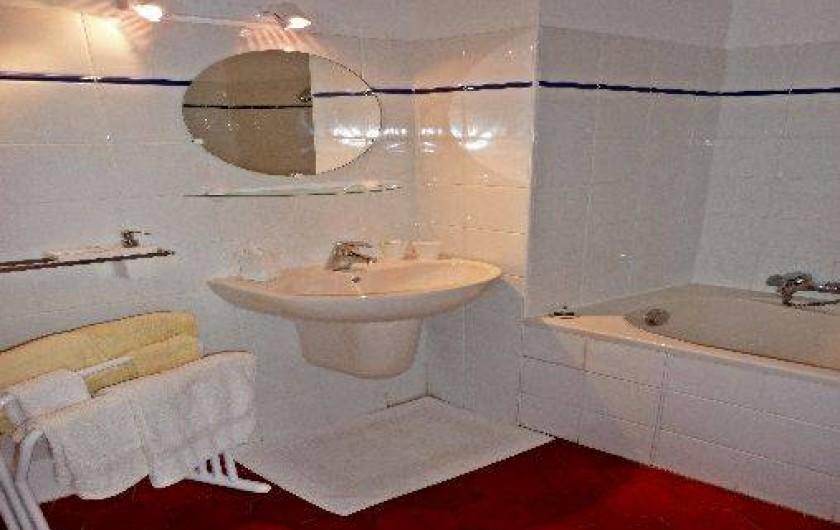 Location de vacances - Gîte à Vieussan - grande salle de bains privative dans chaque chambre, parfait cousinades