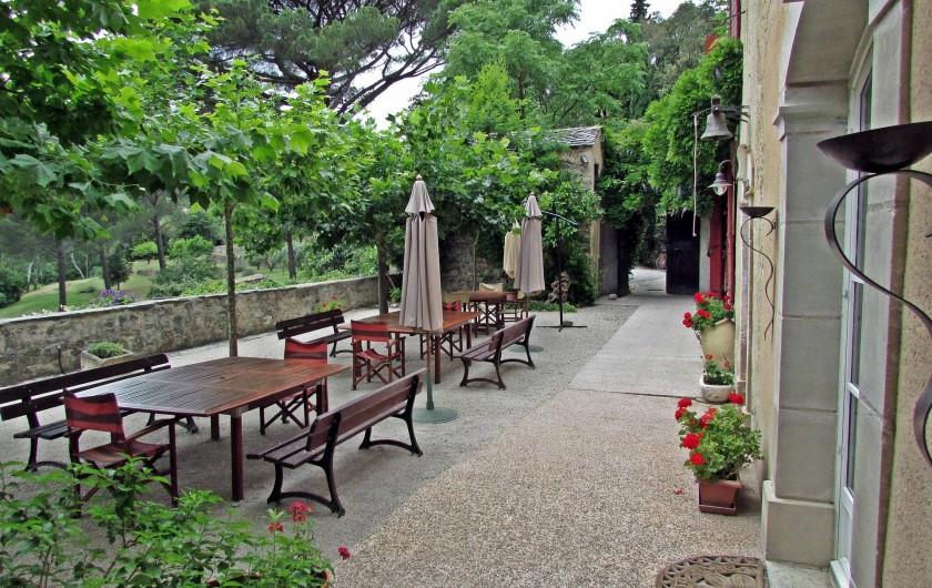 """Location de vacances - Gîte à Vieussan - la court du gîte de groupe """"Domaine de Miravel"""", vacances en famille"""