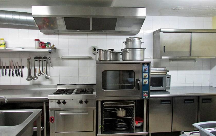 Location de vacances - Gîte à Vieussan - cuisine professionnelle pour confectionner de grands repas pour réunions