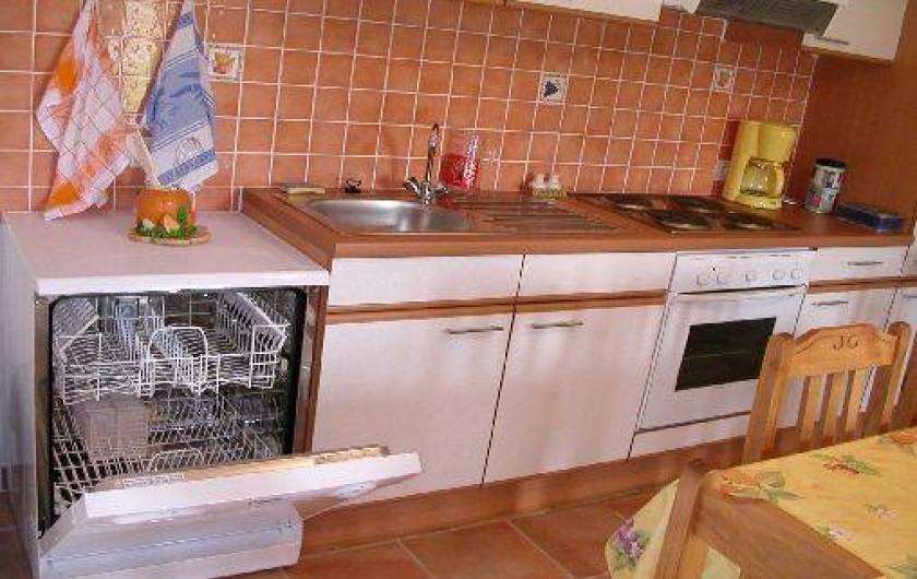 Location de vacances - Gîte à Gagnières - Cuisine avec lave vaisselle