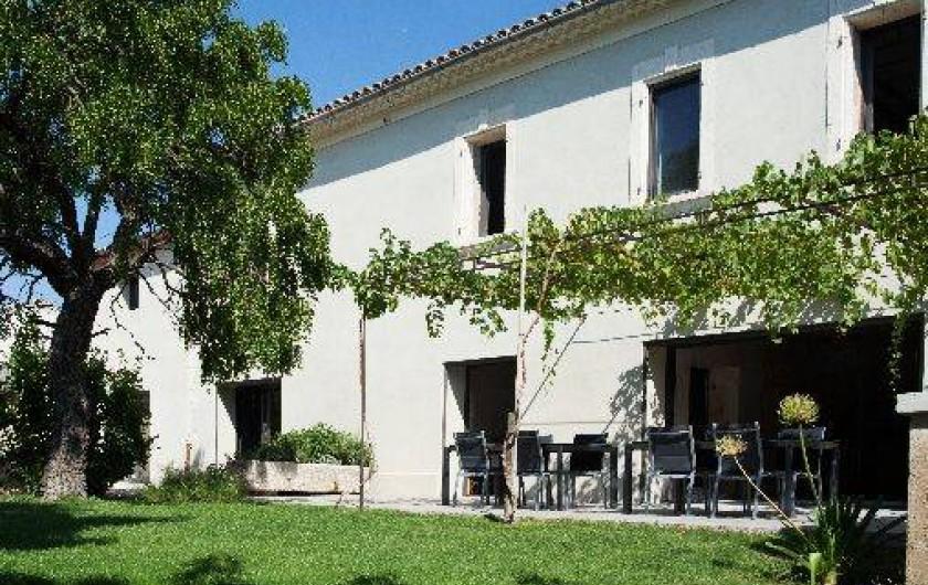 Location de vacances - Mas à Barbentane - La terrasse est ombragée par la treille recouverte de vigne, et le jujubier.