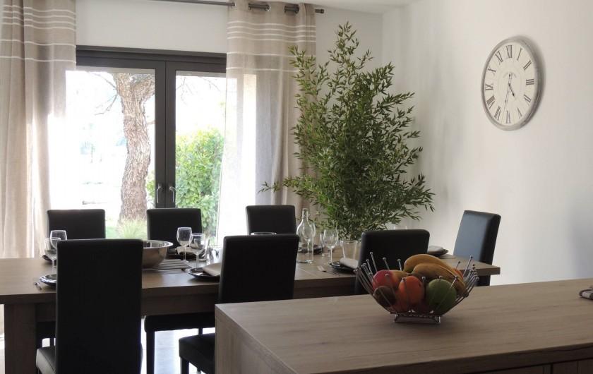Location de vacances - Mas à Barbentane - Côté cuisine, la baie à galandage s'ouvre elle aussi en totalité