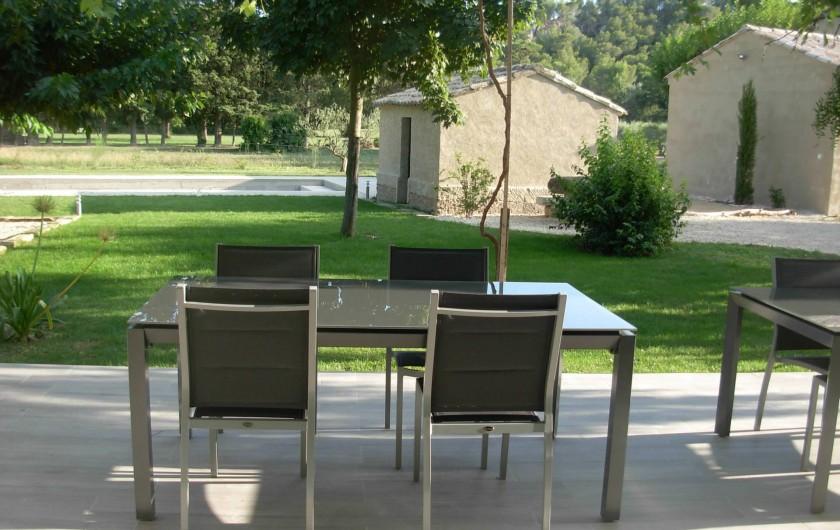 Location de vacances - Mas à Barbentane - Vue de la terrasse, vers le jardin et la piscine