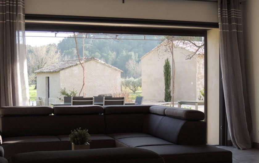 Location de vacances - Mas à Barbentane - La baie à galandage du salon s'ouvre intégralement sur la terrasse
