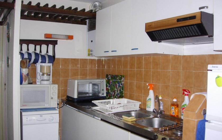 Location de vacances - Appartement à Le Cap d'Agde - Coin cuisine, LV à gauche, LL encastré au fond, réfrigérateur/congel à droite