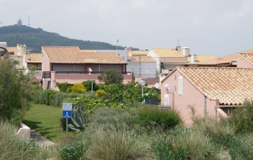 Location de vacances - Appartement à Le Cap d'Agde - Vu générale de la résidence pris de la dune; appart au centre derrière lampadair