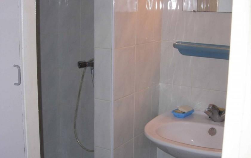 Location de vacances - Appartement à Le Cap d'Agde - Salle de bain avec cabine douche, lavabo et grand placard de rangement. WC à pa