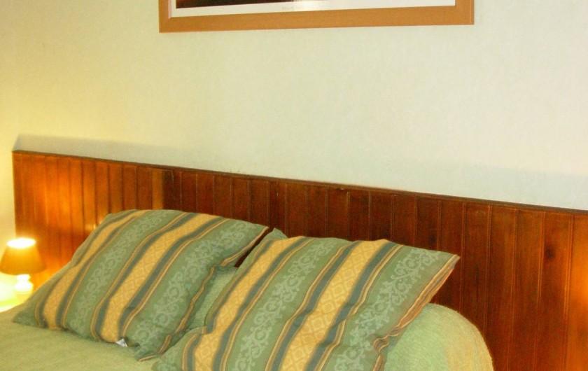 Location de vacances - Appartement à Le Cap d'Agde - Chambre 1,  lit 2 places, petit placard,  fenêtre vu parking voiture.