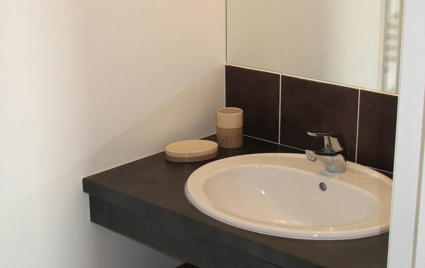 Location de vacances - Gîte à Les Clouzeaux - Salle d'eau privative dans la chambre l'Afrique : lavabo