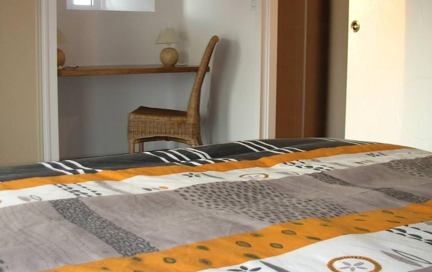 Location de vacances - Gîte à Les Clouzeaux - Chambre l'Afrique avec bureau et salle d'eau privative