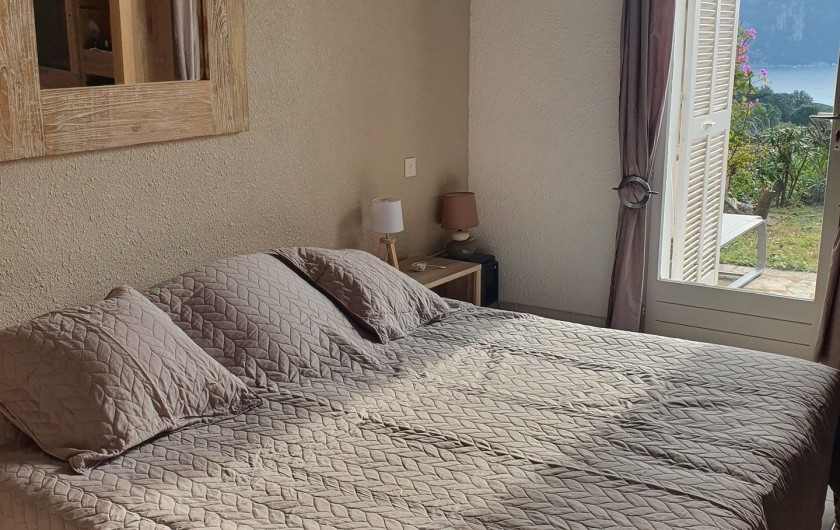 Location de vacances - Villa à Porto-Vecchio - Chambre, Grand lit 2 personnes. Accès terrasse Vue sur baie.