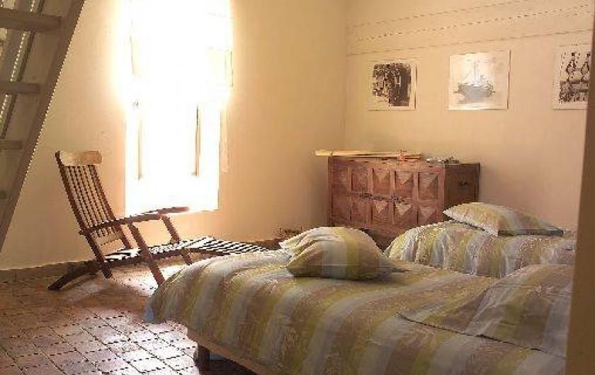 """Location de vacances - Château - Manoir à Bourg-Saint-Andéol - chambre """"marco polo"""" deux lits simples"""