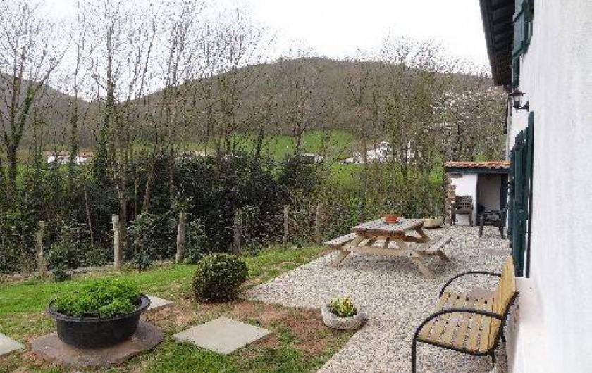 Location de vacances - Villa à Bidarray - terrasse avec vue sur la forêt
