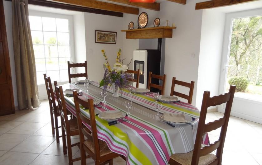 Location de vacances - Villa à Bidarray - salle à manger avec poêle à granulés de bois.