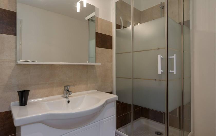Location de vacances - Villa à Argilliers - salle de douche étage