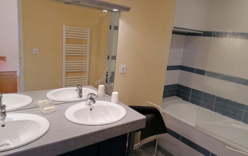 """Location de vacances - Gîte à Pomeys - Salle de bains de la chambre """"Monts du Lyonnais"""". 2 lavabos, 1 baignoire."""