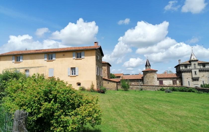 Location de vacances - Gîte à Pomeys - La façade sud du gîte avec son grand jardin et vue sur le château.