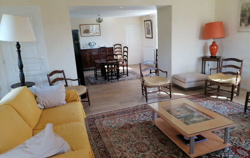 Location de vacances - Gîte à Pomeys - Le double séjour de 50m2 très lumineux. Le salon devant et la salle à manger.