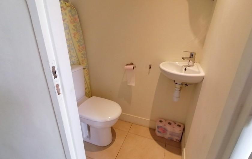 Location de vacances - Gîte à Pomeys - Les toilettes du rez de chaussée avec lave mains.