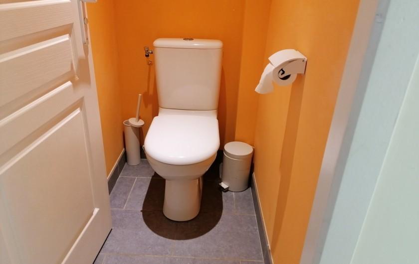 Location de vacances - Gîte à Pomeys - Les toilettes de l'étage.