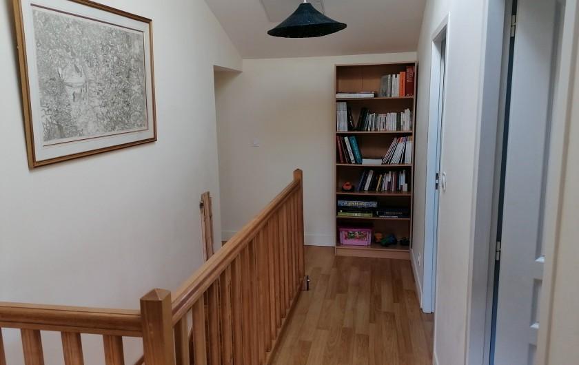Location de vacances - Gîte à Pomeys - Le palier donnant sur les chambres avec un peu de lecture.