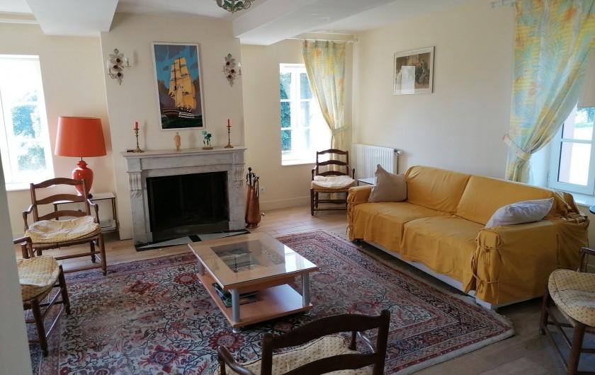 Location de vacances - Gîte à Pomeys - Le salon très lumineux avec canapé convertible 2 couchages,TV,wifi,cheminée