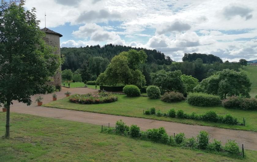 Location de vacances - Gîte à Pomeys - Vue sur le parc du château depuis une chambre. Parc libre d'accès.