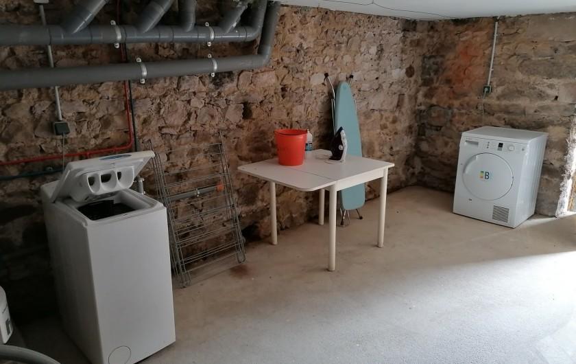 Location de vacances - Gîte à Pomeys - La buanderie en sous-sol avec lave linge, sèche linge table et fer à repasser