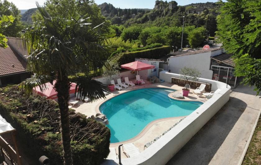 Location de vacances - Bungalow - Mobilhome à Salavas - vue aérienne piscine et vieux village de Salavas