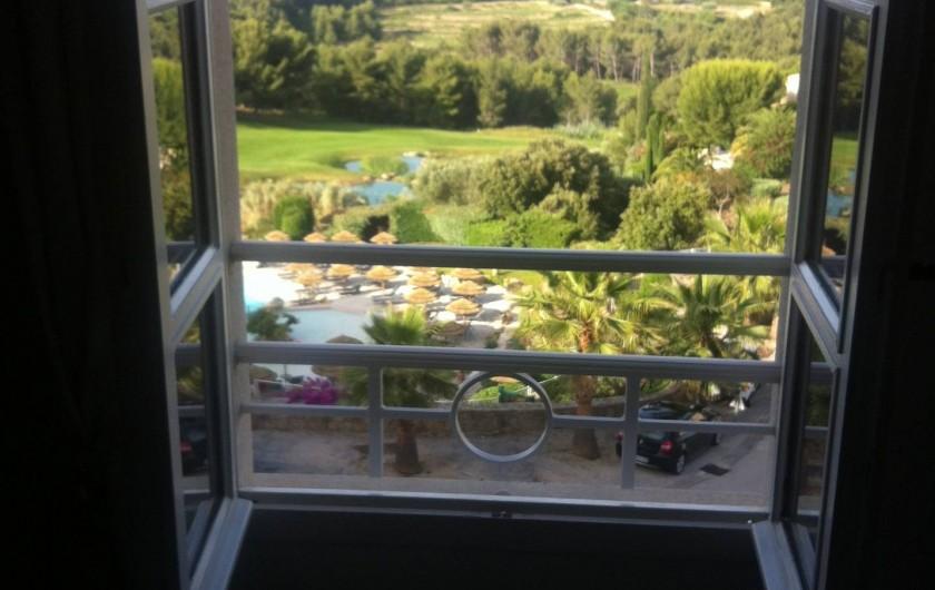 Location de vacances - Appartement à Saint-Cyr-sur-Mer - Vue depuis la chambre principale au réveil