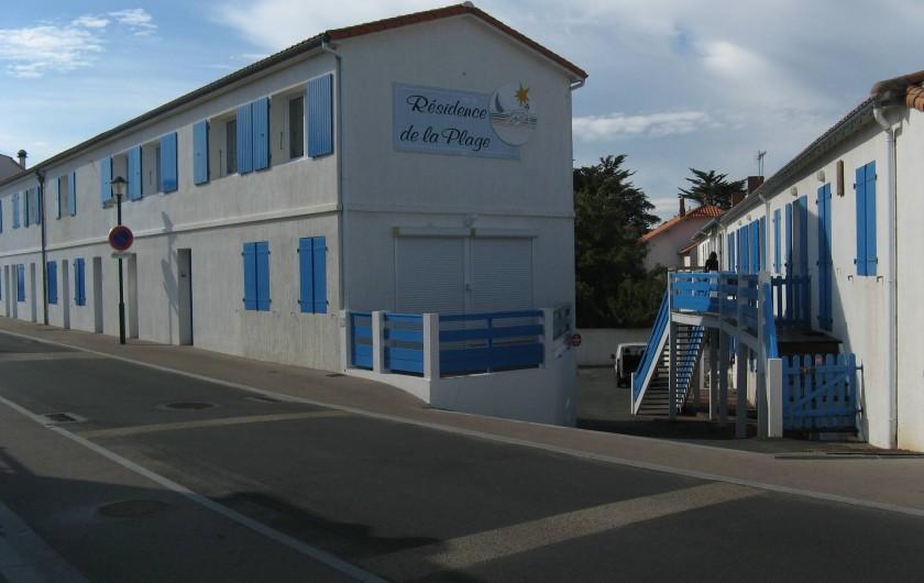 Location de vacances - Appartement à Longeville-sur-Mer - La résidence. Appartement  dans  bâtiment de droite, au bout de la passerelle