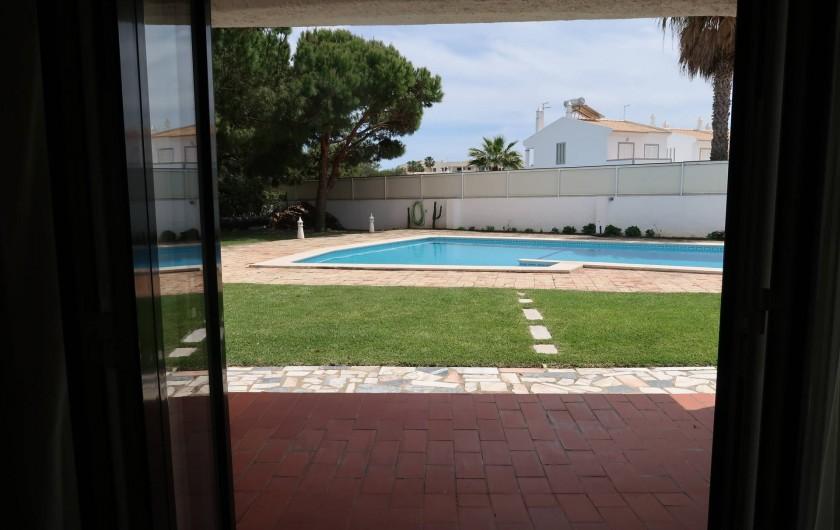 Location de vacances - Villa à Albufeira - Vue sur la piscine depuis le salon
