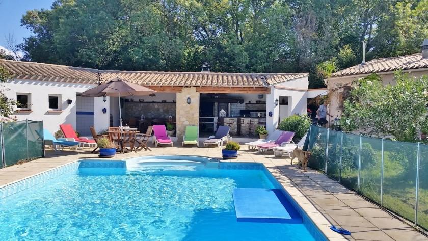 """Vue d'ensemble de la piscine et de la cuisine d'été. Un """"coin magique""""......."""