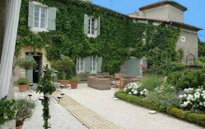 Location de vacances - Chambre d'hôtes à Saint-Lager-Bressac - Façade principale Cour d'entrée du château