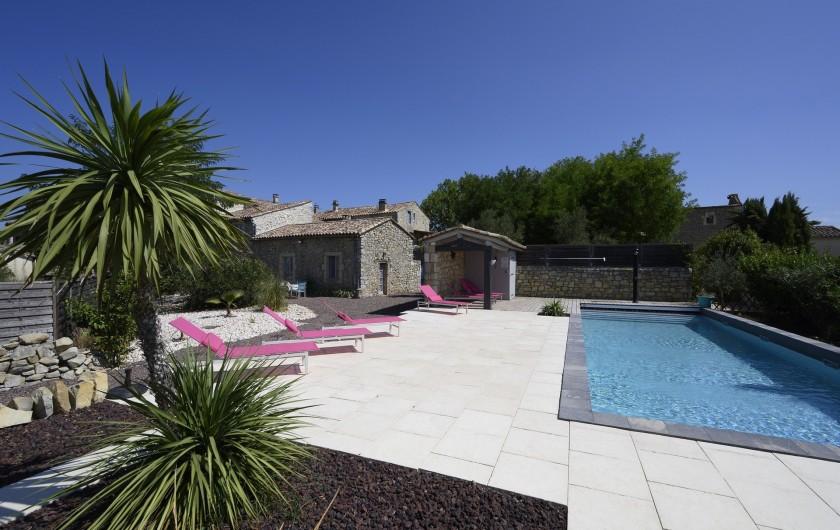 Location de vacances - Mas à Bouquet - Vue sur la piscine 12x4